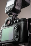 DSLR-Kamera mit externem Blitz Lizenzfreies Stockbild