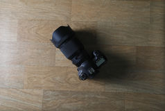 DSLR-kamera på trätabellen royaltyfri fotografi