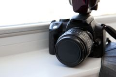 DSLR kamera w okno obraz royalty free