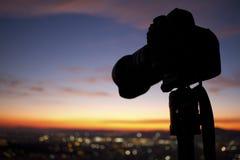 DSLR-kamerakontur-solnedgång royaltyfri bild