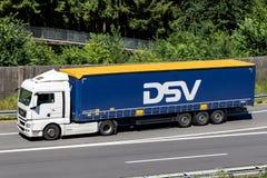 DSV-lastbil på motorwayen royaltyfria bilder