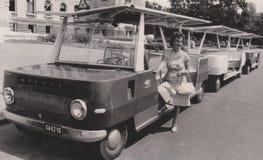 DT00037 ΟΥΓΓΑΡΙΑ, DEBRECEN 1960 ` s Mà  VAUT - τουρίστας που μεταφέρει το λεωφορείο - γραπτή εκλεκτής ποιότητας φωτογραφία στοκ φωτογραφίες με δικαίωμα ελεύθερης χρήσης