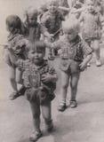 DT00033 παιδιά κατσικιών παιδικών σταθμών της ΟΥΓΓΑΡΙΑΣ CIRCA 1940-50 ` s στοκ φωτογραφίες