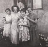 DT00055 BUDAKALASZ, HUNGRIA CERCA da foto 1962 de família fotografia de stock