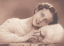DT00053 BUDAPEST, WĘGRY GRUDZIEŃ 4, 1937 Maku up Wristwatch - młoda dama kłama jej głowę na jej ręce - fryzura - obraz stock