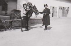 DT00013 HONGARIJE BALATON CA 1939 - Jonge Dames en een Paard - de Beste Vrienden stock foto's