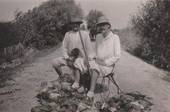 DT00035 HONGRIE VERS les chasseurs 1930 du ` s avec l'arme à feu et le chien photographie stock libre de droits