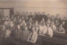 DT00032 UNGARN CIRCA 1930 ` s Klassen-Foto - Studenten lizenzfreie stockfotos