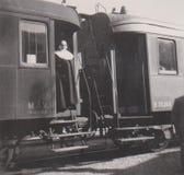 DT00012 UNGERN, BALATONALMÃ- DI CIRCA 1939 - sjön Balaton - utbilda på plattformen - järnvägsstation - nunnan Leaving kolonin royaltyfria foton