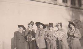 DT00052 WĘGRY OKOŁO 1930 ` s młode damy z dziwacznymi kapeluszami, parasolem i fan, fotografia royalty free