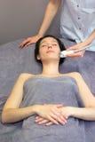 Détail d'un visage de femme recevant un traitement facial de massage Images libres de droits