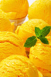 Cornets de crème glacée jaunes Photos libres de droits