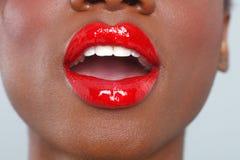 Détail rouge de maquillage de lèvres avec la bouche ouverte sensuelle Photo libre de droits