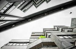 Dtails balkony i ich odbicie na starym brutalnym betonowym budynku zdjęcia royalty free