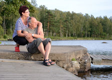 Détente aînée de couples extérieure Photo stock