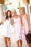 döttrar som tycker om hög shopping för moder Arkivbild