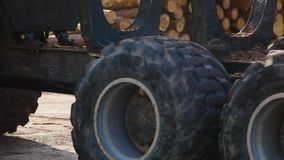 Duża ciężarówka toczy, duzi ciągników koła, wielcy stąpań koła zbiory