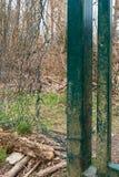 Duża dziura w drucianej siatki ogrodzeniu obrazy royalty free