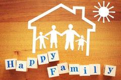 Duża Szczęśliwa rodzina w domu Pojęcie z papierowymi rozcięciami i drewnianymi sześcianami obraz royalty free