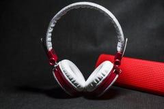 Duże przenośne, barwić słuchawki i Biały i czerwony kolor Na czarnym tle obraz stock