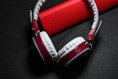 Duże przenośne, barwić słuchawki i Biały i czerwony kolor Na czarnym tle zdjęcia stock