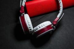 Duże przenośne, barwić słuchawki i Biały i czerwony kolor Na czarnym tle fotografia royalty free