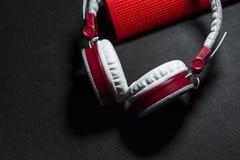 Duże przenośne, barwić słuchawki i Biały i czerwony kolor Na czarnym tle zdjęcie royalty free