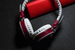 Duże przenośne, barwić słuchawki i Biały i czerwony kolor Na czarnym tle obraz royalty free