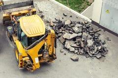 Dużego jackhammer świderu wiertnicza droga Maszyny ciężkie miażdżenia asfalt dla stormwater odcieku naprawy obrazy royalty free
