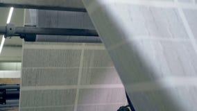 Dużej gazety szkotowy rollling na konwejerze, zakończenie w górę
