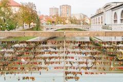 Dużo kochają kłódki blokować na sławnym Mesarski Najwięcej (masarki «most zdjęcie royalty free