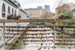 Dużo kochają kłódki blokować na sławnym Mesarski Najwięcej (masarki «most zdjęcia stock
