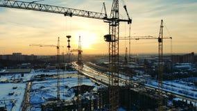 Duży żuraw umieszczający na budowie blisko niedokończonego budynku zdjęcie wideo