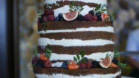 Duży świąteczny wysoki czekoladowy tort z naturalnymi jagodami, w górę, słodycze zbiory