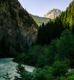 Duży widok na rzece i górze fotografia royalty free