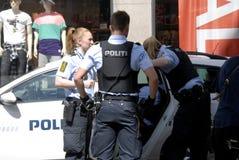 Duńscy funkcjonariuszi policji robić areszty Zdjęcia Stock