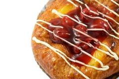 Duński Czerwony jagody i brzoskwini kulebiak odizolowywający na białym tle Zdjęcia Royalty Free