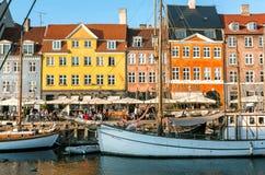 Duński kapitał z starymi łodziami, dziejowymi budynkami na Nyhavn i wiele restauracjami, obraz stock