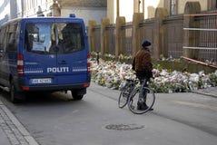 DUŃSKIE policj teraźniejszość PRZY żyd synagoga Zdjęcia Royalty Free