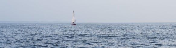 Duża łódź w odległości fotografia stock