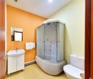 Duża łazienka z prysznic kabiną fotografia stock