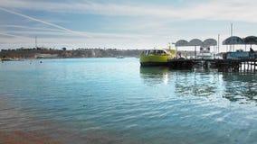 Duża żółta turystyczna łódź dla morza chodzi koszty przy molem w zatoce Nierozpoznany kadrowy spacer wzd?u? mola zbiory wideo