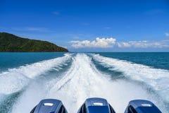 Duża biel fala i wodny pluśnięcie od ferryboat żegluje wyspa fotografia stock
