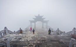 Duża brama na drabinach Fansipan legendy góra przy Sa Pa, Vietna zdjęcia royalty free