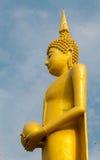 Duża Buddha statua nad scenicznym niebieskiego nieba tłem przy Watem Klong r Zdjęcia Stock