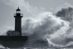 Duża burzowa fala nad latarnią morską Obraz Stock