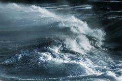 Duża burzowa ocean fala błękitna woda tło Zdjęcia Stock