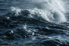 Duża burzowa ocean fala błękitna woda tło Obrazy Royalty Free