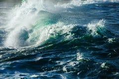 Duża burzowa ocean fala błękitna woda tło Obraz Stock