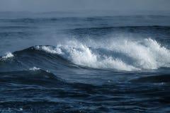 Duża burzowa ocean fala błękitna woda tło Obrazy Stock